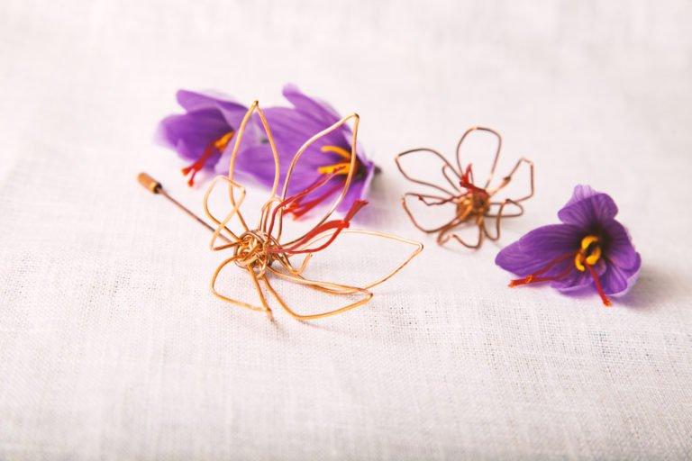 Bijou, broche Fleur de safran par Rose Recèle
